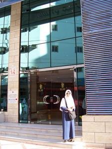 Utami di depan Hotel Elaf