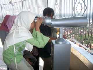 Meneropong di Menara Al Husna